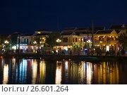 Купить «Вид на ночную набережную старинного города. Хойан, Вьетнам», фото № 26601264, снято 2 января 2016 г. (c) Виктор Карасев / Фотобанк Лори