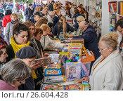 Купить «Книжный фестиваль «Красная площадь» прошел в центре Москвы с 3 по 6 июня 2017 год. Посетители ярмарки», эксклюзивное фото № 26604428, снято 4 июня 2017 г. (c) Виктор Тараканов / Фотобанк Лори