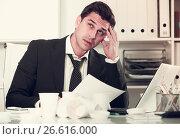 Купить «Businessman feeling thirsty in hot office», фото № 26616000, снято 20 апреля 2017 г. (c) Яков Филимонов / Фотобанк Лори