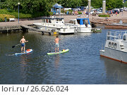 Купить «Мужчины плывут на досках для сапсерфинга в акватории залива Сапокка. Котка, Финляндия», фото № 26626024, снято 12 июля 2014 г. (c) Ирина Борсученко / Фотобанк Лори