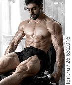 Купить «Strong bodybuilder training quads», фото № 26632016, снято 19 августа 2016 г. (c) Restyler Viacheslav / Фотобанк Лори