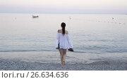 Купить «Young woman on the beach in european vacation on the Ligurian coast», видеоролик № 26634636, снято 21 июня 2017 г. (c) Дмитрий Травников / Фотобанк Лори