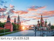 Купить «Москва. Спасская башня и собор. Spassky Tower and St. Basil's Cathedral», фото № 26639628, снято 26 мая 2017 г. (c) Baturina Yuliya / Фотобанк Лори