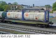 Купить «Железнодорожная платформа с двумя танк-контейнерами ISO 22K4 для перевозки жидких опасных грузов в составе грузового поезда», фото № 26641132, снято 12 сентября 2016 г. (c) Александр Замараев / Фотобанк Лори