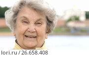 Portrait of smiling mature old woman outdoors. Стоковое видео, видеограф worker / Фотобанк Лори