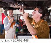 Купить «Mechanics and happy customer», фото № 26662448, снято 16 октября 2018 г. (c) Яков Филимонов / Фотобанк Лори