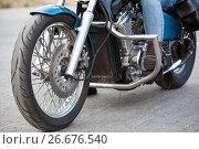 Купить «Вид спереди на колесо и защитные дуги мотоцикла, крупный план», фото № 26676540, снято 14 июня 2017 г. (c) Кекяляйнен Андрей / Фотобанк Лори