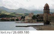 Купить «Church of Notre-Dame de Anges and promenade in picturesque harbor of Collioure», видеоролик № 26689180, снято 15 мая 2017 г. (c) Яков Филимонов / Фотобанк Лори