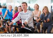 Купить «People cycling in a gym», фото № 26691384, снято 20 июля 2018 г. (c) Яков Филимонов / Фотобанк Лори