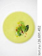 Купить «Крем-суп из капусты брокколи в круглой тарелке крупным планом», фото № 26691452, снято 19 декабря 2018 г. (c) Olesya Tseytlin / Фотобанк Лори