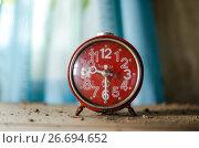Будильник с красным циферблатом. Стоковое фото, фотограф Яковлев Сергей / Фотобанк Лори
