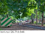 Купить «Братиславский парк в Марьине, Москва. Рабочие обустраивают дорожки парка», фото № 26713544, снято 27 июля 2017 г. (c) Наталья Николаева / Фотобанк Лори