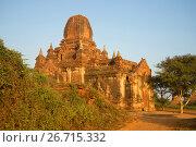 Одна из пагод старинного буддистского храма  Tha Kya Поне на рассвете. Баган, Бирма (2016 год). Стоковое фото, фотограф Виктор Карасев / Фотобанк Лори
