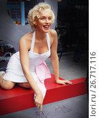 Купить «Восковая фигура Мэрилин Монро (Marilyn Monroe) на Голливудском бульваре на Аллее звезд в Голливуде, Лос-Анжелес. Marilyn Monroe waxwork at Los Angeles street. Merlin Monroe celebrity. Waxwork celebrities of Hollywood Walk of Fame», фото № 26717116, снято 14 ноября 2014 г. (c) Mikhail Leonov / Фотобанк Лори