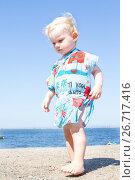 Купить «Маленькая девочка на фоне неба», фото № 26717416, снято 29 июля 2017 г. (c) Момотюк Сергей / Фотобанк Лори