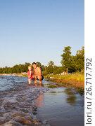 Купить «Девочка с папой гуляют по пляжу», фото № 26717792, снято 29 июля 2017 г. (c) Момотюк Сергей / Фотобанк Лори