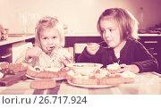 Купить «Kids chewing cakes», фото № 26717924, снято 14 декабря 2018 г. (c) Яков Филимонов / Фотобанк Лори