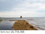 Купить «Одинокая женщина стоит на песчаной косе и всматривается в море», фото № 26718388, снято 30 июля 2017 г. (c) Момотюк Сергей / Фотобанк Лори