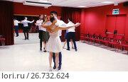 Купить «Young smiling people having dancing class in studio», видеоролик № 26732624, снято 26 июня 2017 г. (c) Яков Филимонов / Фотобанк Лори