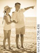 Купить «boy and girl pointing», фото № 26736436, снято 8 апреля 2020 г. (c) Яков Филимонов / Фотобанк Лори