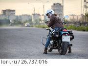 Купить «Мотоциклистка оборачивается назад при остановке, сидя на мотоцикле», фото № 26737016, снято 14 июня 2017 г. (c) Кекяляйнен Андрей / Фотобанк Лори