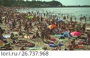 Купить «People relax and sunbathing at Baltic Sea shore at sunny summer day», видеоролик № 26737968, снято 30 июля 2017 г. (c) Антон Гвоздиков / Фотобанк Лори