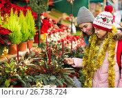Glad mom with girl looking at flowers decoration. Стоковое фото, фотограф Яков Филимонов / Фотобанк Лори