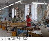 Мастера работают на производстве арф в цеху обработки древесины компании Resonance Harps в Санкт-Петербурге, фото № 26744920, снято 8 августа 2017 г. (c) Stockphoto / Фотобанк Лори
