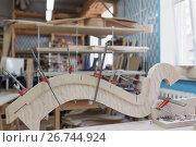 Шпонирование деталей на производстве арф в арфовом цехе компании Resonance Harps в Санкт-Петербурге, фото № 26744924, снято 8 августа 2017 г. (c) Stockphoto / Фотобанк Лори