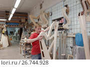 Мастер работает на производстве арф в арфовом цехе компании Resonance Harps в Санкт-Петербурге, фото № 26744928, снято 8 августа 2017 г. (c) Stockphoto / Фотобанк Лори