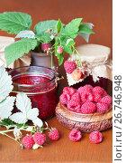 Купить «Свежие спелые ягоды садовой малины и противопростудное малиновое варенье на деревянном столе», фото № 26746948, снято 3 августа 2017 г. (c) Виктория Катьянова / Фотобанк Лори