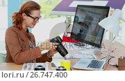Купить «Female executive reviewing captured photograph at her desk 4k», видеоролик № 26747400, снято 21 ноября 2018 г. (c) Wavebreak Media / Фотобанк Лори