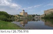 Купить «Замок Германа на реке Нарва августовским днем. Эстония», видеоролик № 26756916, снято 11 августа 2017 г. (c) Виктор Карасев / Фотобанк Лори