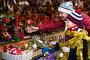 Little girl with dad buying decorations for Xmas, фото № 26757208, снято 15 августа 2017 г. (c) Яков Филимонов / Фотобанк Лори