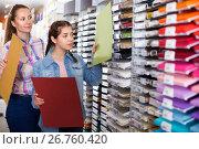 Купить «mother and daughter picking multicolored paper for painting», фото № 26760420, снято 12 апреля 2017 г. (c) Яков Филимонов / Фотобанк Лори