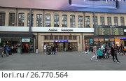 Купить «На центральном железнодорожном вокзале Хельсинки. Финляндия», видеоролик № 26770564, снято 11 июня 2017 г. (c) Виктор Карасев / Фотобанк Лори