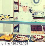 Купить «Man is offering tasty cakes, rolls and pies», фото № 26772168, снято 22 апреля 2017 г. (c) Яков Филимонов / Фотобанк Лори