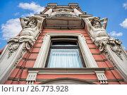 Купить «Санкт-Петербург. Атланты дворца. Atlants at the Palace», фото № 26773928, снято 9 июля 2017 г. (c) Baturina Yuliya / Фотобанк Лори