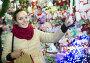 girl shopping at festive fair before Xmas in evening time, фото № 26785172, снято 24 августа 2017 г. (c) Яков Филимонов / Фотобанк Лори