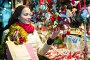 Female customer at the Christmas Fair, фото № 26785188, снято 24 августа 2017 г. (c) Яков Филимонов / Фотобанк Лори