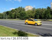 Желтый автомобиль такси. Онежская улица. Головинский район. Город Москва (2017 год). Редакционное фото, фотограф lana1501 / Фотобанк Лори