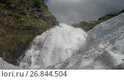 Купить «Водопад в горном массиве Вачкажец, Камчатка», видеоролик № 26844504, снято 27 июля 2017 г. (c) А. А. Пирагис / Фотобанк Лори
