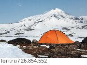 Купить «Оранжевая палатка на фоне вулкана Авачинская сопка», фото № 26854552, снято 16 июля 2019 г. (c) А. А. Пирагис / Фотобанк Лори