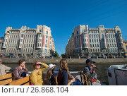 Экскурсионный кораблик проплывает по реке Фонтанке на против Бородинской улицы. Санкт-Петербург., фото № 26868104, снято 22 мая 2014 г. (c) Геннадий Соловьев / Фотобанк Лори