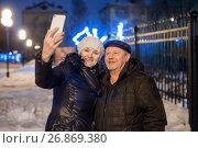 Купить «Взрослые мужчина и женщина делают селфи на фоне огней ночного города», эксклюзивное фото № 26869380, снято 1 января 2017 г. (c) Игорь Низов / Фотобанк Лори