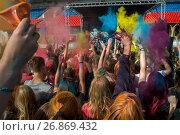 Купить «Посетители музыкального фестивале индийских красок ColorFest бросают друг друга сухой краской на конкурном стадионе в Битце города Москвы, Россия», фото № 26869432, снято 3 сентября 2017 г. (c) Николай Винокуров / Фотобанк Лори