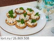 Купить «Оливье в тарталетках», фото № 26869508, снято 3 августа 2017 г. (c) Алёшина Оксана / Фотобанк Лори