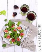 Купить «Салат с инжиром, козьим сыром и красным вином», фото № 26870184, снято 3 сентября 2017 г. (c) Марина Володько / Фотобанк Лори
