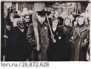 Купить «Группа молодых людей на демонстрации 7 ноября», эксклюзивное фото № 26872628, снято 23 августа 2019 г. (c) Илюхина Наталья / Фотобанк Лори