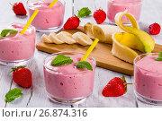 Купить «Strawberry Banana Smoothies Cups with straws, close up», фото № 26874316, снято 25 апреля 2018 г. (c) Oksana Zh / Фотобанк Лори